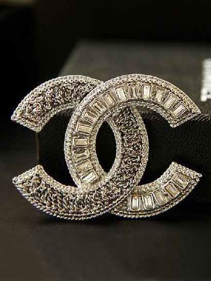 Une broche CC Chanel